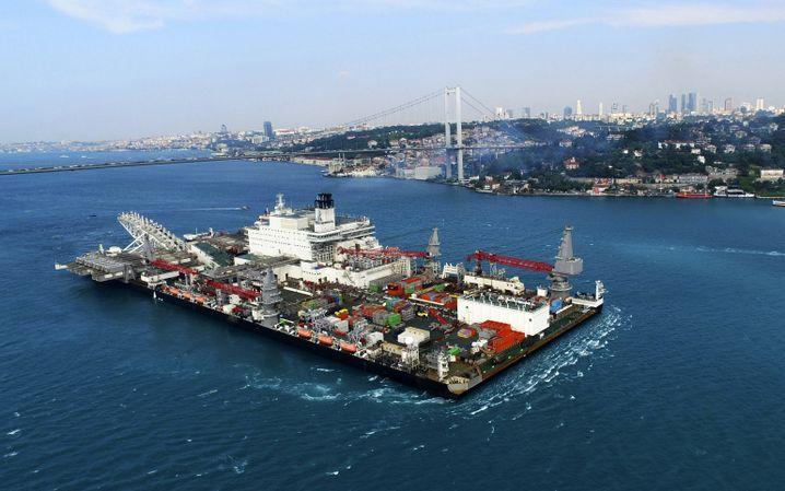 "Schiff ""Pioneering Spirit"" im Bosporus"