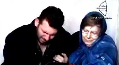 Todesdrohung: Der Ausschnitt aus einem Video einer irakischen Islamistengruppe soll die deutschen Geiseln im Irak zeigen