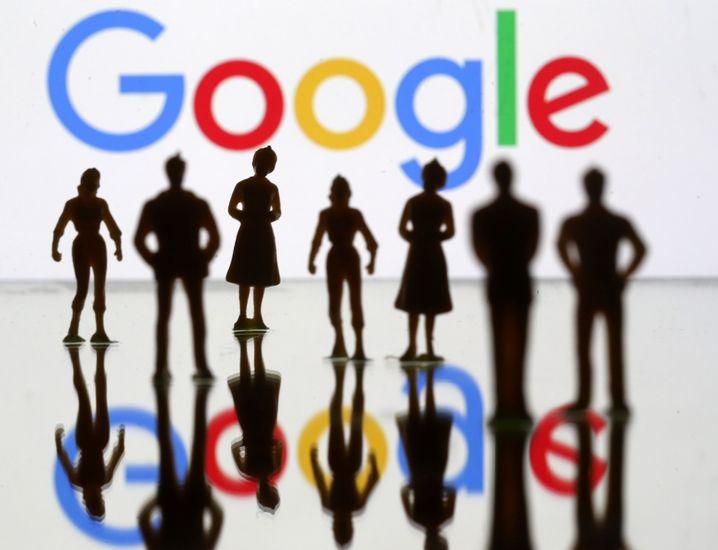 Figuren vor Google-Logo: Tech-Konzerne als Beispiel für extreme Marktmacht
