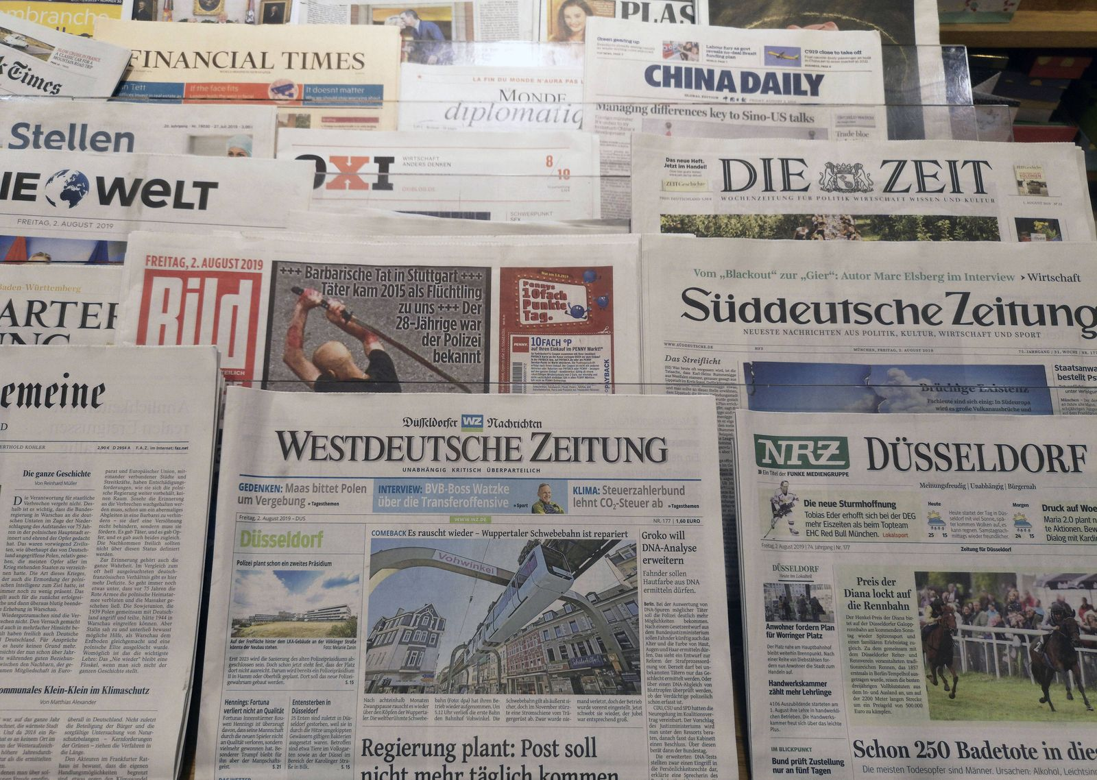 Düsseldorf Deutschland 02 08 2019 Tageszeitungen in der Mayerschen Buchhandlung in Düsseldorf ***
