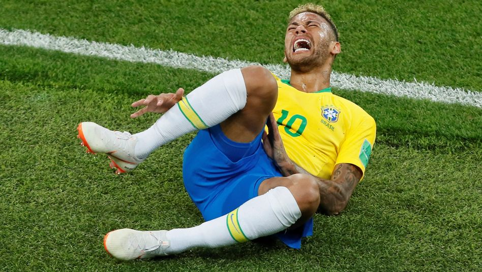 Neymar nach einem Foul
