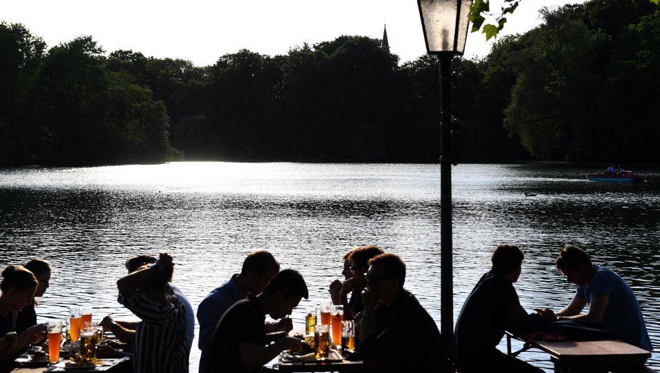 Am Wochenende nicht erlaubt: Wegen steigender Corona-Zahlen darf in München am Wochenende kein Alkohol in der Öffentlichkeit getrunken werden