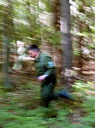 Ein Polizist beim Einsatz am Langener Waldsee, wo nach dem Entführungsopfer gesucht wurde