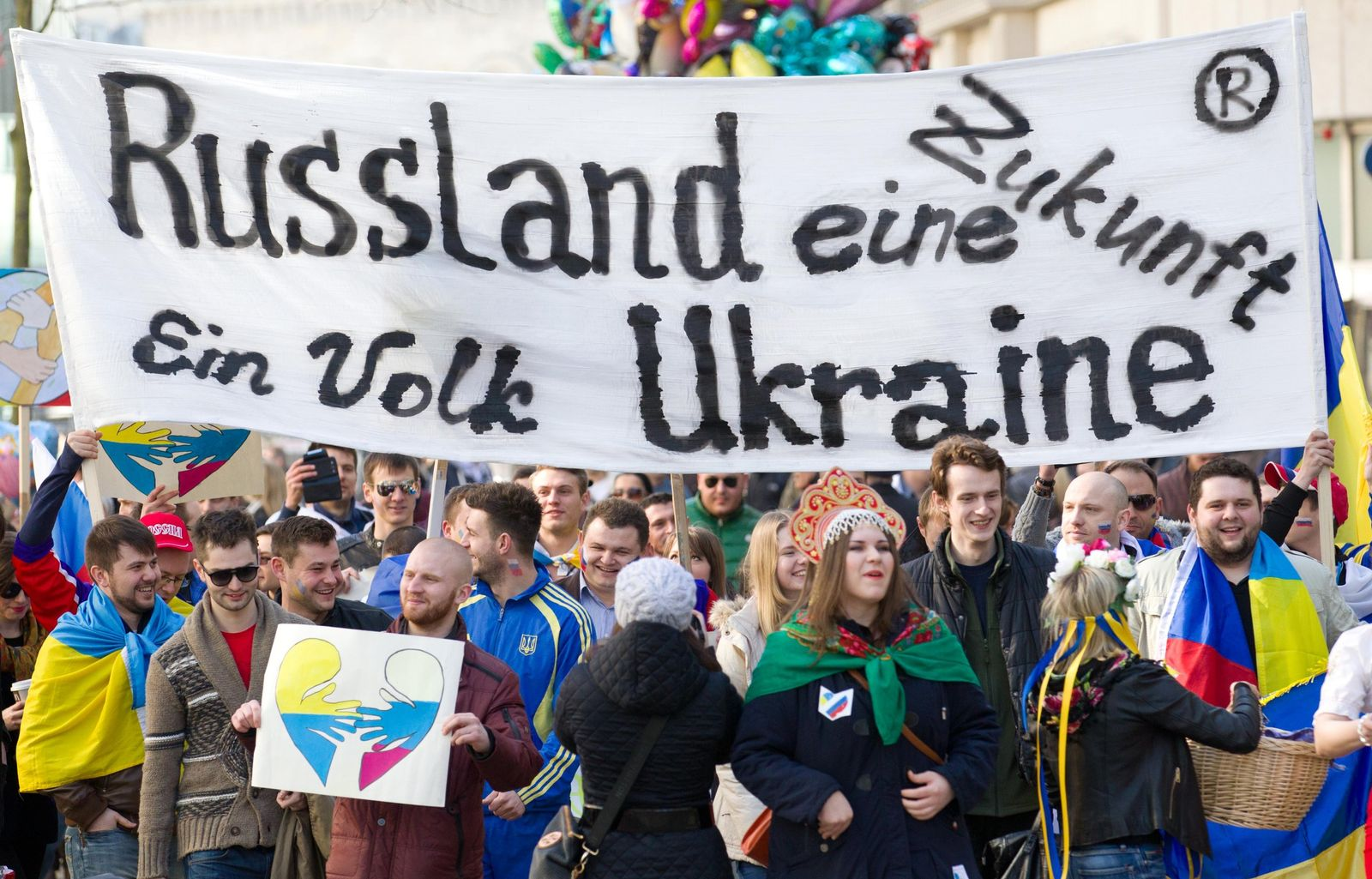 Demonstration von Russen und Ukrainern