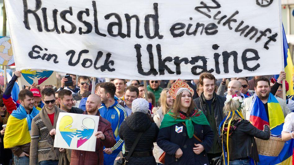 Russen und Ukrainer demonstrieren in Hannover für ein Ende des Konflikts