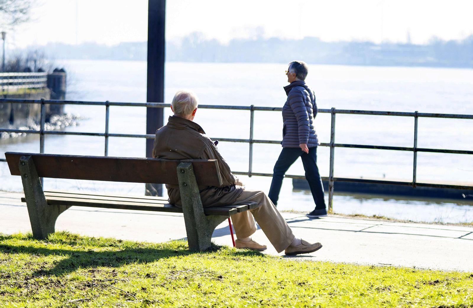 ƒltere Frau Spazierg‰ngerin Spazieren Spaziergehen Rentnerin Rentner alleine einsam Mann auf Par