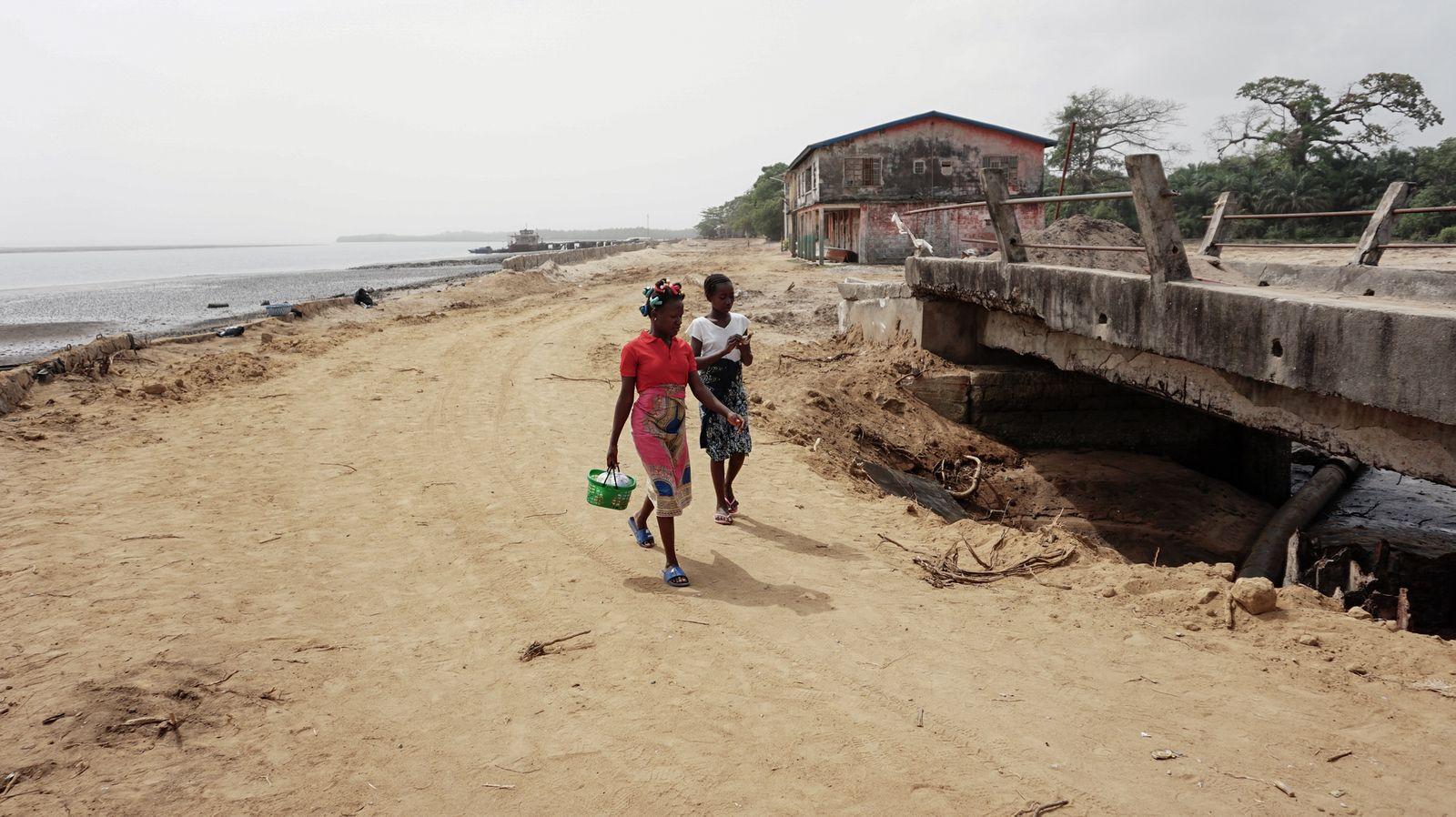 Die neue Küstenstraße von Bonthe, die das Dorf in Zukunft vor dem Wasser schützen soll - Saidu Bah