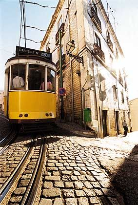 Linie 28: Der aufregendste Streckenabschnitt der berühmten Straßenbahn führt durch die schmalen Gassen der Alfama