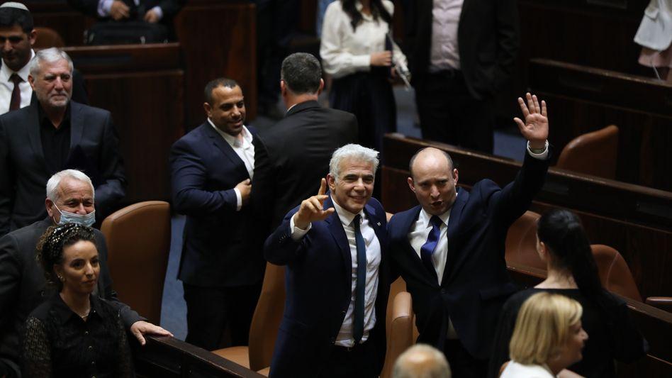 Koalitionspartner: der neu gewählte Premierminister Naftali Bennett (rechts) und Außenminister Yair Lapid nach der Abstimmung der Knesset