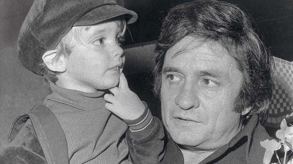 Sänger Johnny Cash mit Sohn John Carter 1972