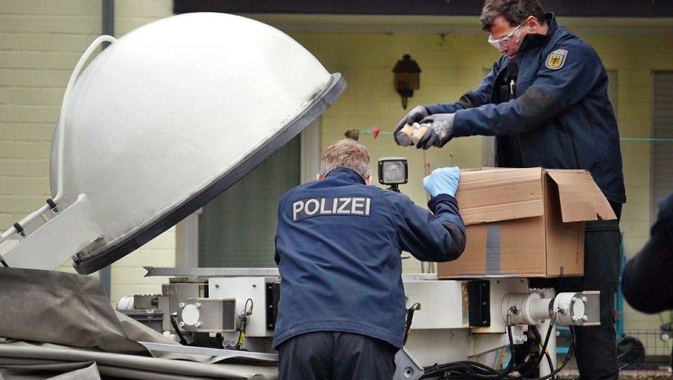 Beamte sichern Feuerwerkskörper in Bad Berleburg (NRW)