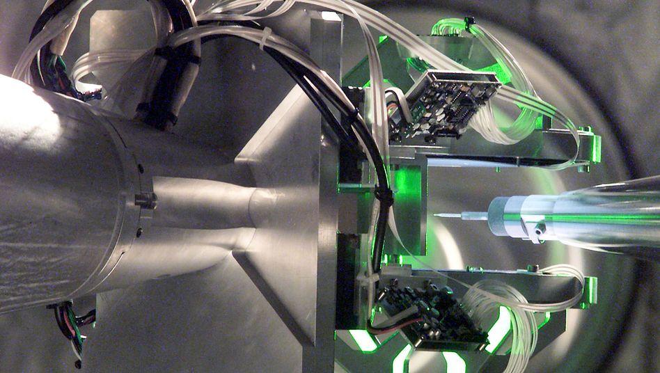Target Positioner: Mit genauen Instrumenten werden die Proben für Kernfusionsexperimente ausgerichtet