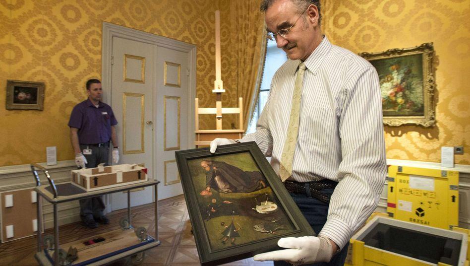 """Wissenschaftler mit dem Gemälde """"Versuchung des heiligen Antonius"""" (Archiv): Definitiv dem Meister zuzuschreiben"""