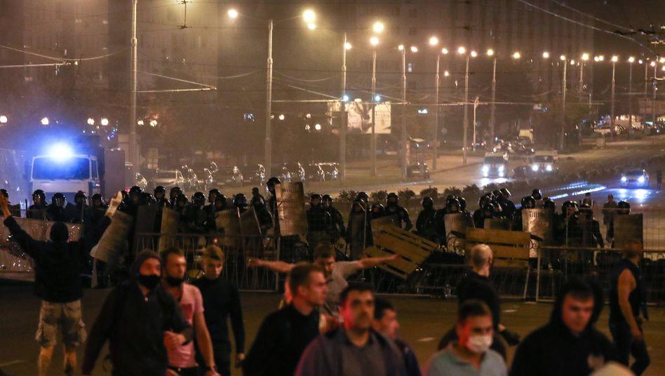 Zwischen Demonstranten und Sicherheitskräften kam es am Montagabend in Belarus landesweit zu Zusammenstößen