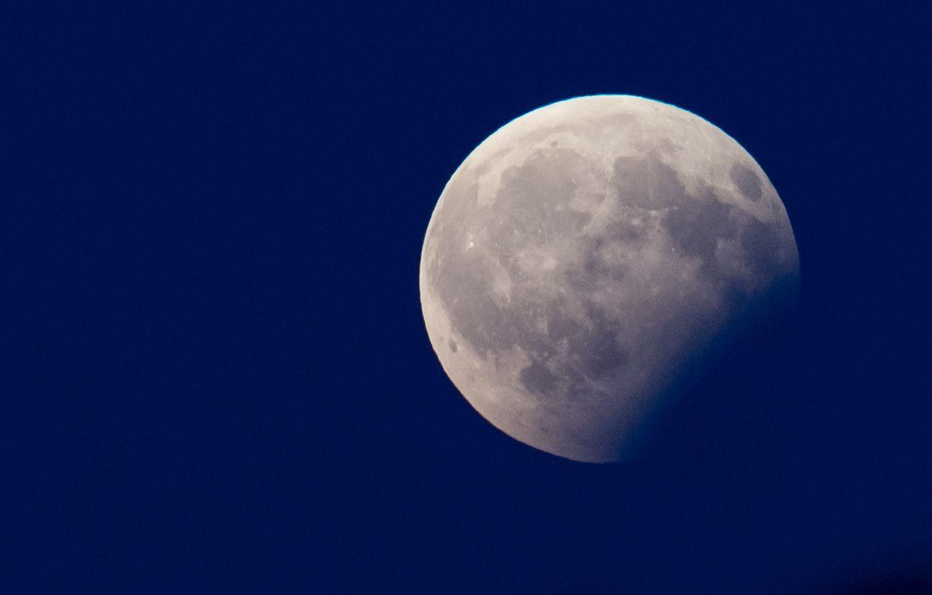 Kosmisches Schauspiel: Mond mit partieller Finsternis