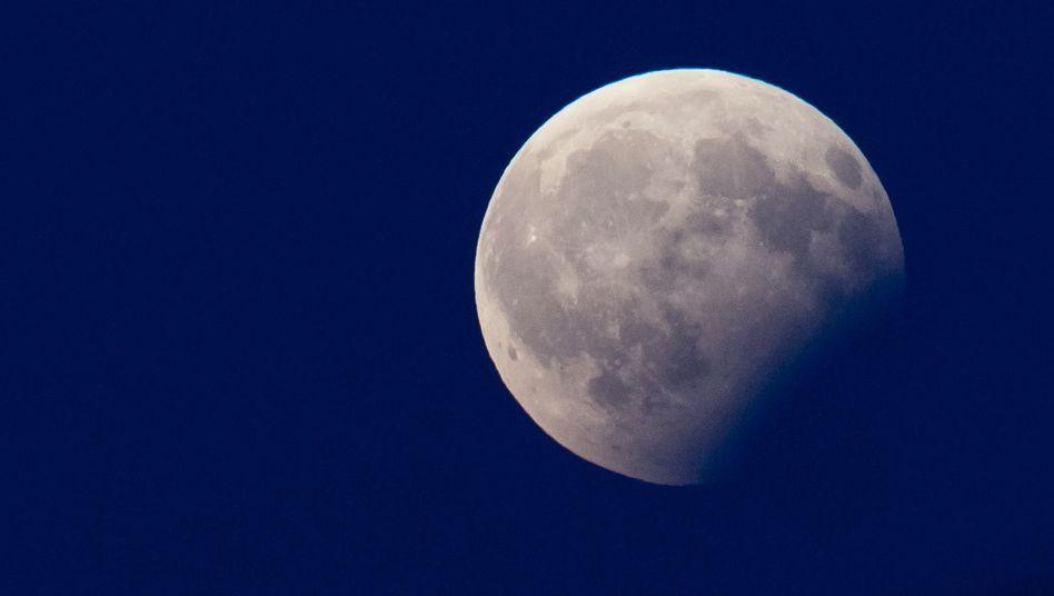Partielle Mondfinsternis über München (2017): Der Mond verdunkelt sich teilweise.