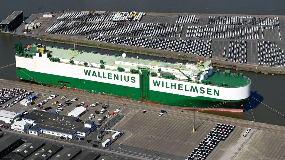 Autos warten im April in Bremerhaven auf die Verschiffung
