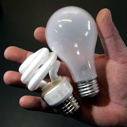 Energiesparlampe (links), Glühbirne: Milliarden Kilowattstunden einsparen