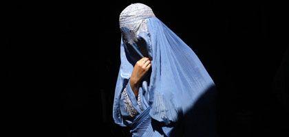 Afghanische Frau: Mann muss Spaziergang erlauben