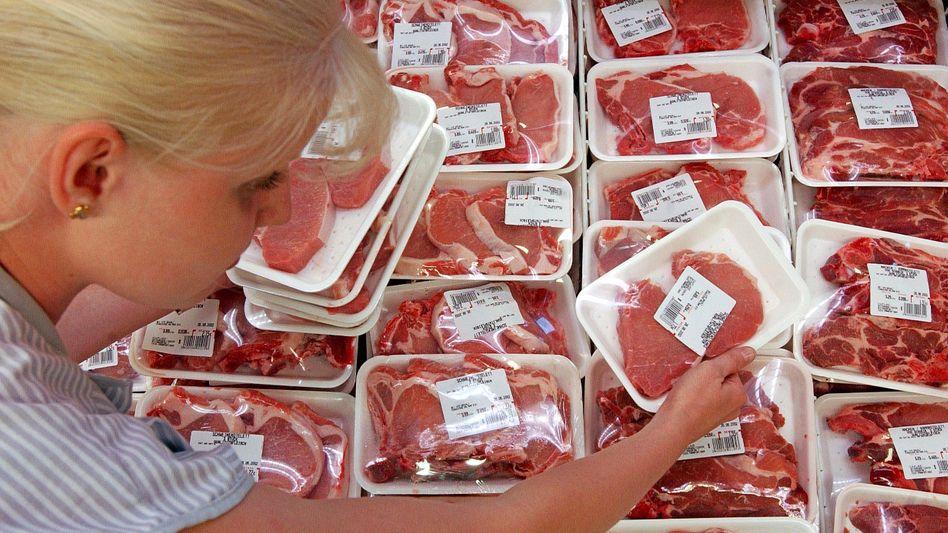 Abgepacktes Fleisch in einem Kühlregal