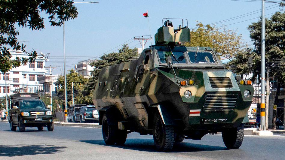 Militärfahrzeuge in der Stadt Mandalay