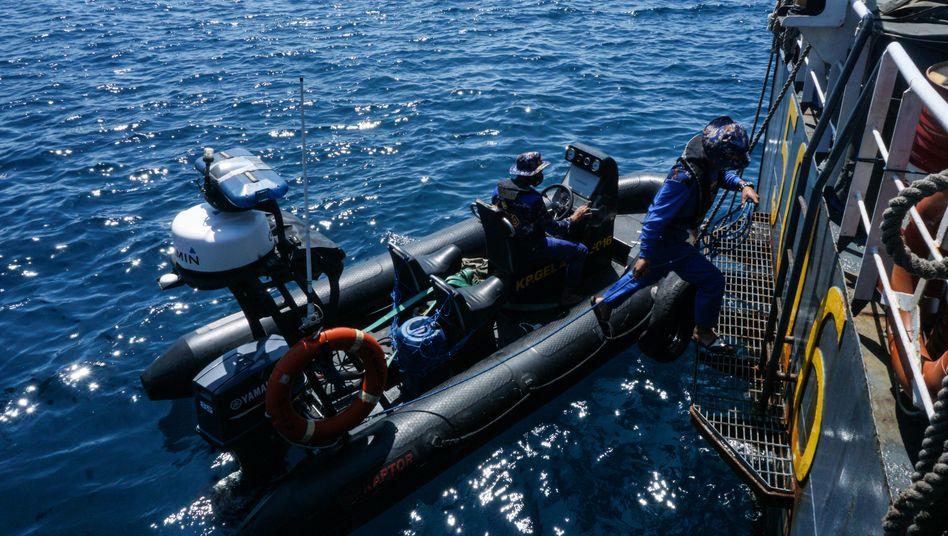 Einsatzkräfte bei der Suche nach dem U-Boot. Die »KRI Nanggala 402« ist jetzt gefunden worden, alle 53 Seeleute an Bord wurden für tot erklärt