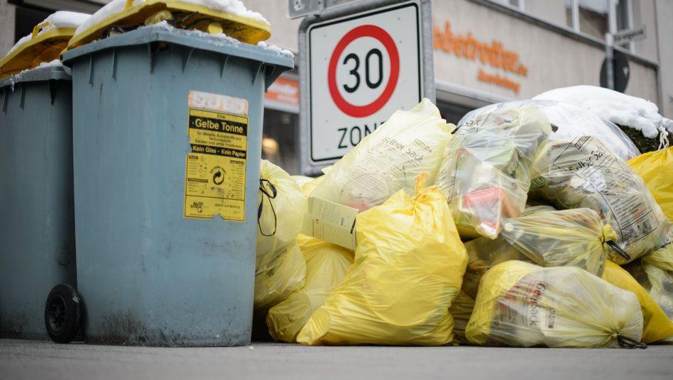 Deutsche Mülltonnen und gelbe Säcke mit Kunststoff-Abfällen (Archivbild)
