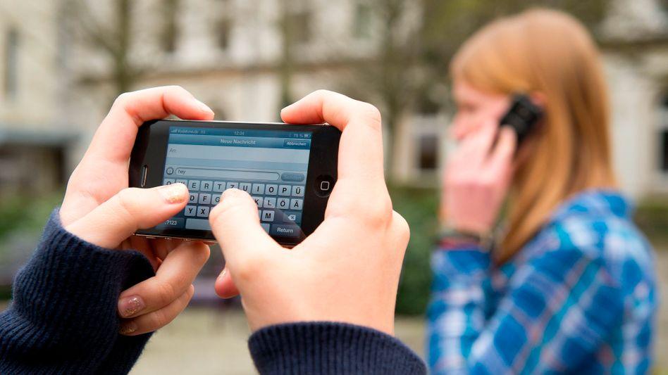 Nicht in Bayern: Schüler nutzen ihre Handys auf einem Schulhof in Braunschweig