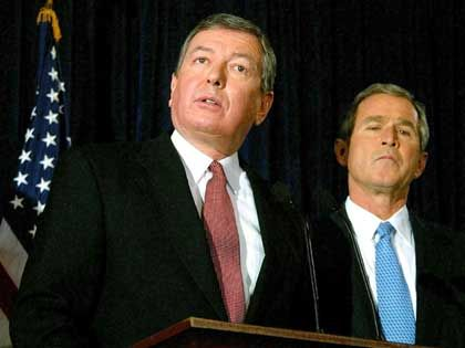 Bürgerschreck Ashcroft, Bush: Im Schulterschluss die Freiheit beschneiden