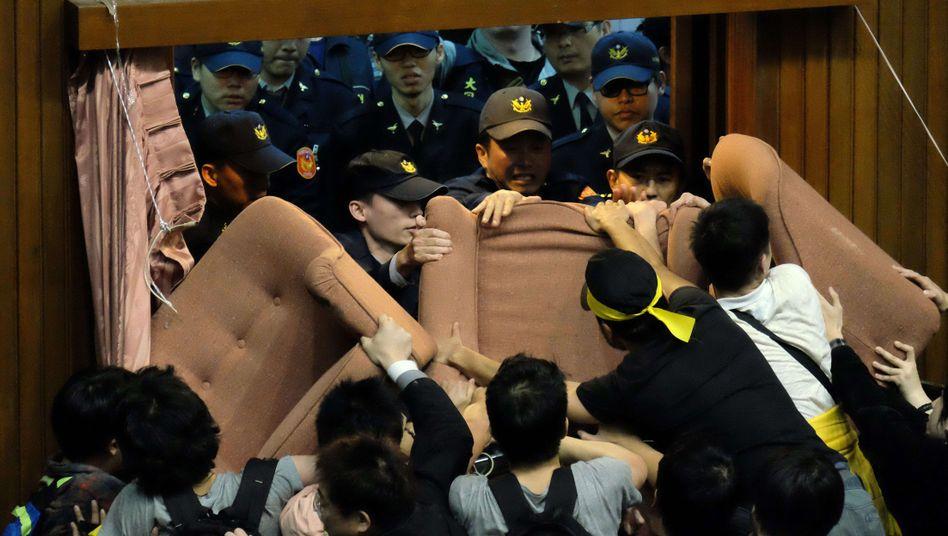 Polizisten versuchen, das Parlament in Taiwan zu betreten: Proteste gegen Handelspakt mit China