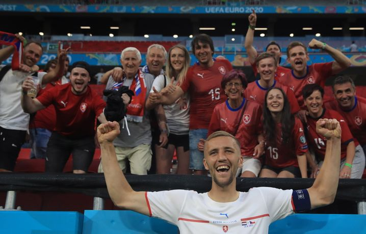 Tomáš Souček würde nach einem eventuellen Sieg gegen Dänemark wahrscheinlich nichts gegen weitere Selfies dieser Art haben