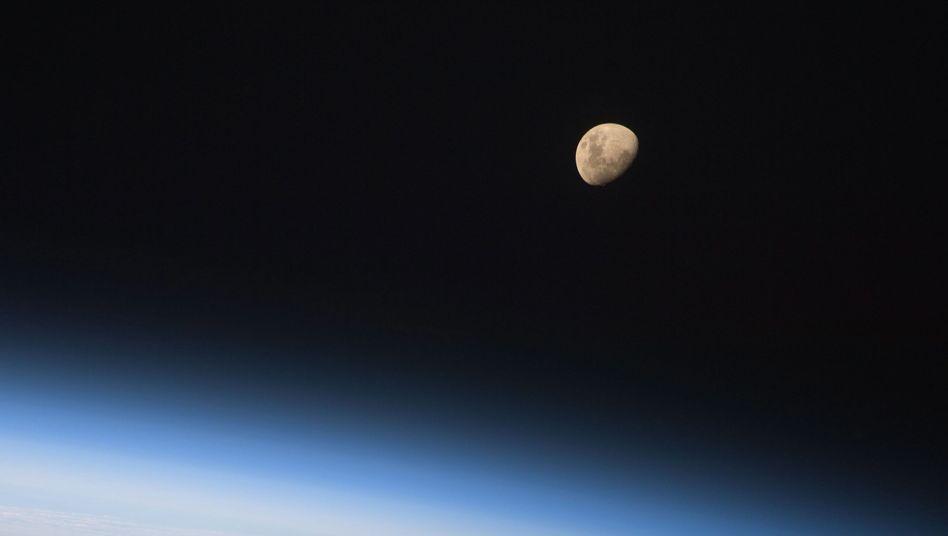 """Mond in weiter Ferne (Aufnahme aus dem Space Shuttle """"Discovery""""): """"Es gibt eine Menge Orte in der Nachbarschaft"""""""
