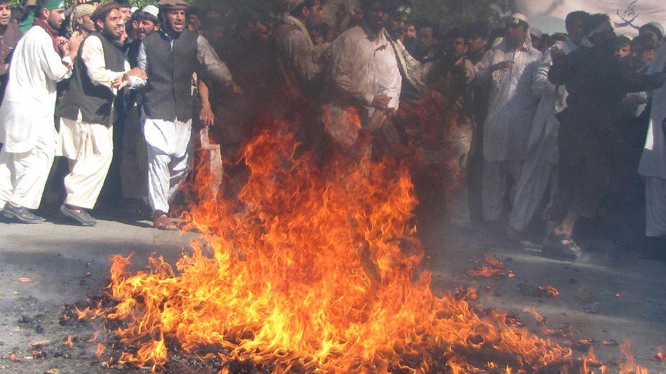 Demonstranten verbrennen eine USA-Fahne: Welle der Gewalt in Afghanistan