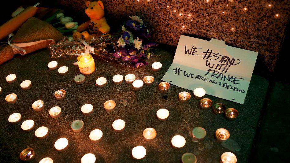 """Kondolenzkerzen für Opfer von Paris: """"Angriff gegen alle EU-Staaten"""""""