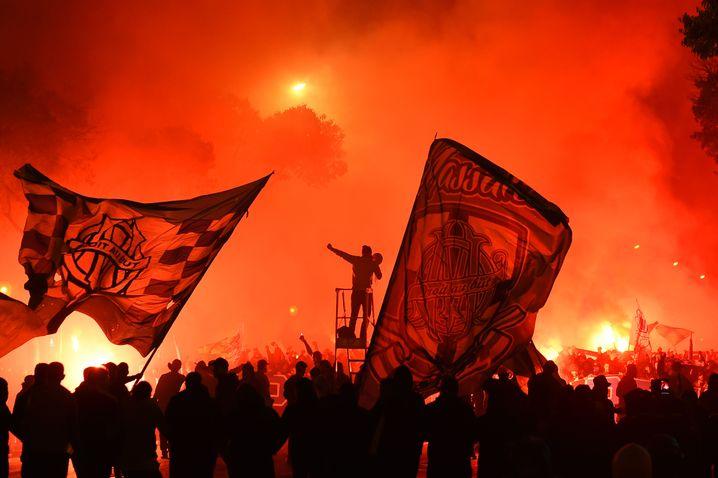 Fans von OM beim Spiel gegen Lyon 2019: Fußball in Marseille bewegt sich am Limit