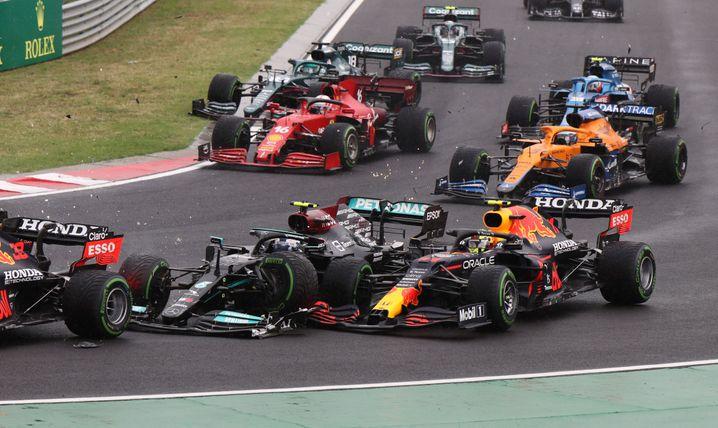 Valtteri Bottas rauscht kurz nach dem Start in den Boliden von Max Verstappen