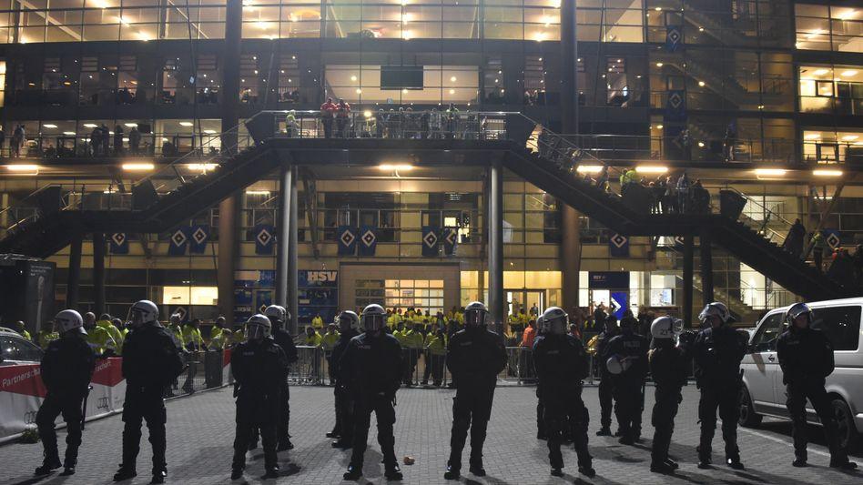 Fan-Randale in Hamburg: Polizisten sichern den Zugang zum Stadion
