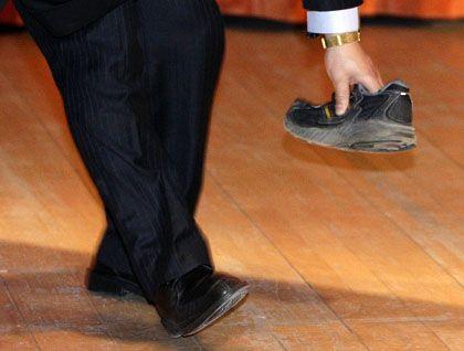 Sicherheitsmann mit Corpus Delicti: Schuh auf Premier