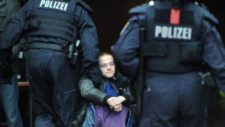 Rauher Umgang: Wie Polizisten das Frankfurter Uni-Casino räumten