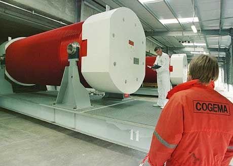 Techniker in La Hague untersuchen einen deutschen Castor-Behälter