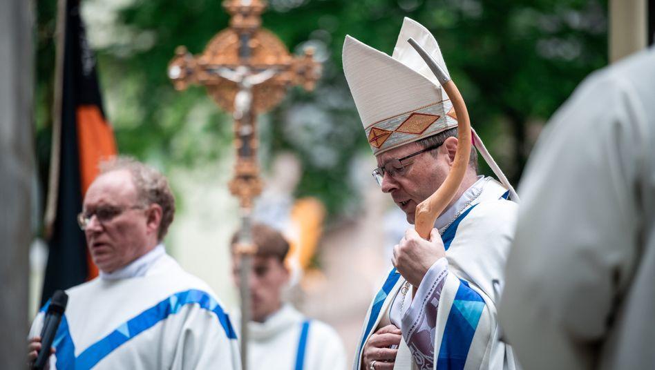 Georg Bätzing (r), Bischof von Limburg und Vorsitzender der Deutschen Bischofskonferenz