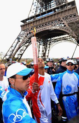 Olympische Fackel mit chinesischen Aufpassern: In Japan nicht willkommen