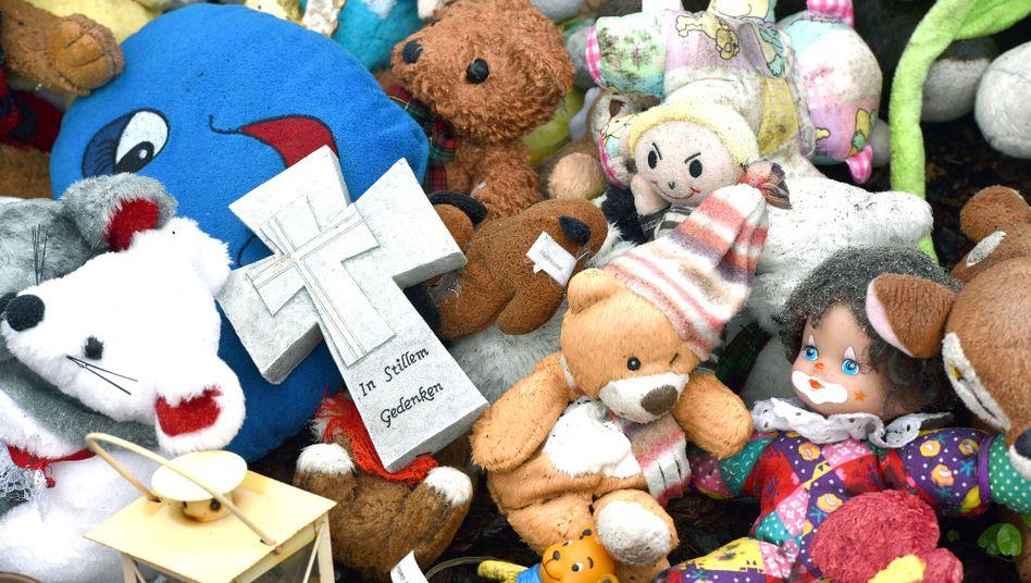 Kreuz und Plüschtiere für ermordete Kinder