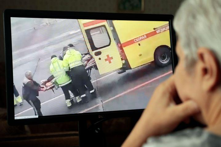 In den sozialen Medien wird ein Video von Nawalnys Krankentransport in Omsk gezeigt