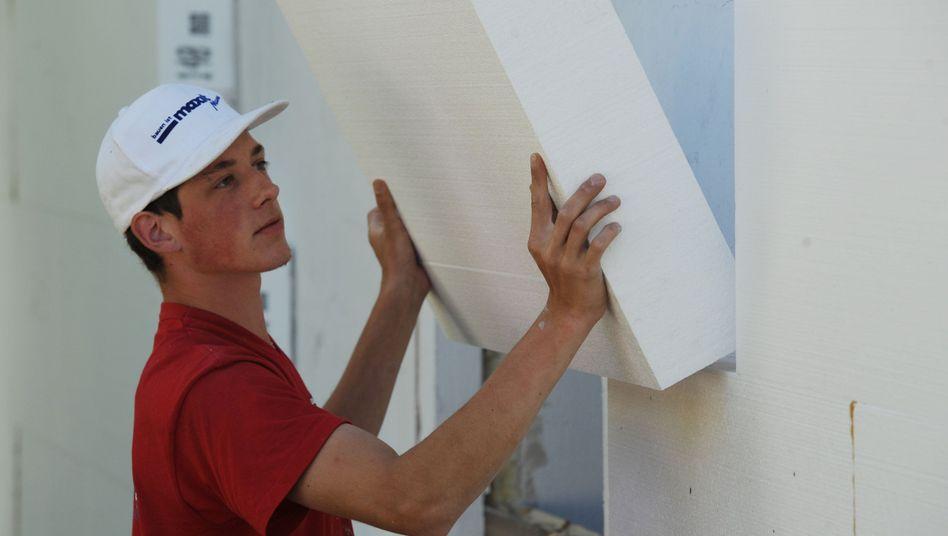 Wärmedämmung an einer Hausfassade: Sanierung lohnt sich oft auch finanziell