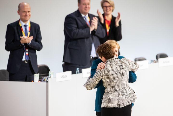 Merkel gratuliert Kramp-Karrenbauer