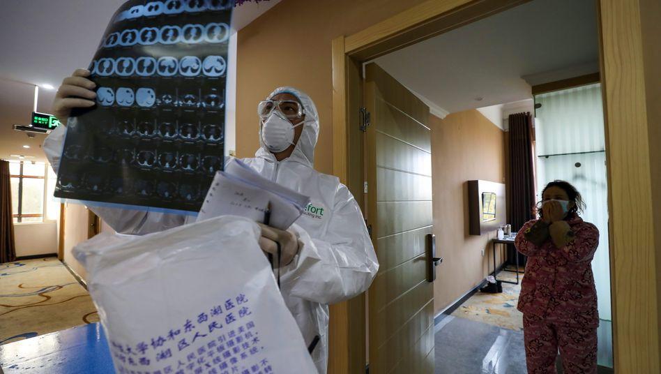 Mediziner in Wuhan wollen nun zusätzliche Methoden, wie etwa Lungenbilder, zur Diagnose nutzen