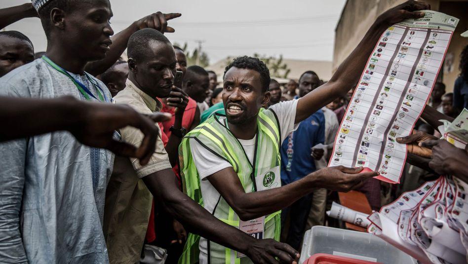 Wahlhelfer in Nigeria