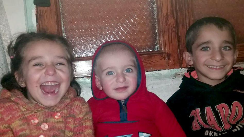 Drei der sechs Kinder von Omer und Khadija Hajj Abdo, am Abend vor ihrer Flucht aus Idlib