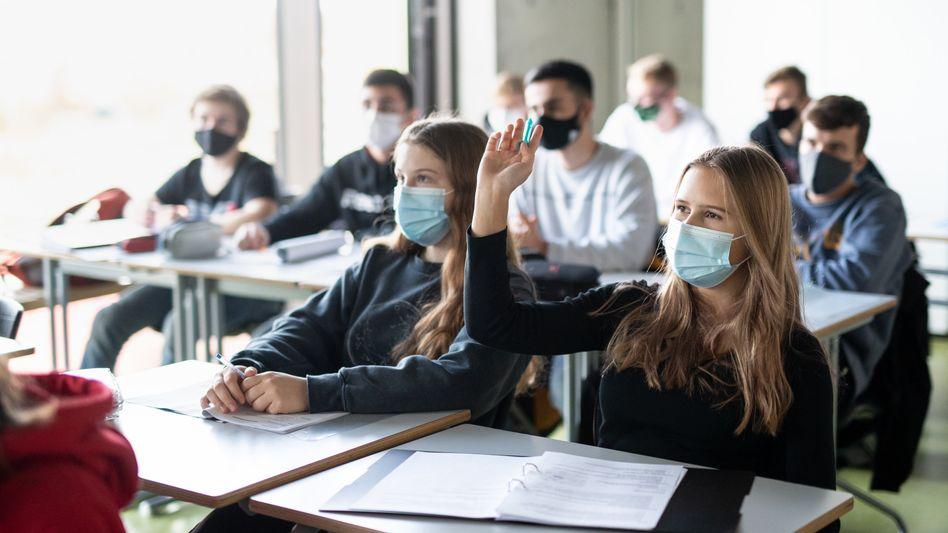 Schülerinnen und Schüler in Bayern: Präsenzunterricht war während der Pandemie nicht immer möglich